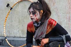 La femme au cerceau (Edgard.V) Tags: paris zombie walk 2019 portrait retrato ritratto portraiture halloween peur medo female femelle femea femina monstre monster monstro maquillage make up maquillagem trucco horreur horror orrore sang sangue sangre blood