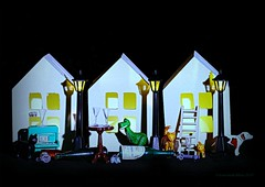 IT IS DARK OUTSIDE || KATJES IN HET DONKER (Anne-Miek Bibbe) Tags: smileonsaturday happpysmileonsaturday lightanddark lichtendonker canoneos70d annemiekbibbe bibbe nederland 2019 tabletopphotography speelgoed toy spielzeug giocattoli juguetes bringuedos jouets spaarpotten huisjes cat gato chat katze gatto kat katten cats poes