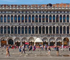 Venezia / Piazza San Marco (Pantchoa) Tags: venise vénétie place saintmarc façade ciel personnes terrasse achitecture toit arcades arches reflets café quadri grancafféquadri restaurant