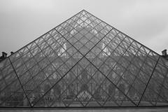 Le Louvre, Paris (Loïc BROHARD) Tags: paris france landmark bnw blackandwhite noiretblanc