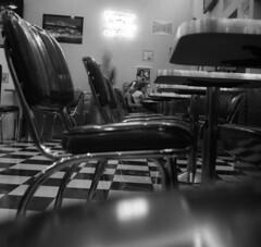 9423.Diner (Greg.photographie) Tags: rolleiflex 6x6 mediumformat moyenformat schneider xenar foma fomapan 400 noiretblanc bw blackandwhite r09 diner