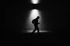 Siluetas Nocturnas (natan_salinas) Tags: fotografíaurbana fotografíacallejera bw blackwhite blanconegro bn blancoynegro blackandwhite monocromático monochrome nikon nightlife night nighttime light luz people gente d5100 50mm calle street hombre man noche urbe urban valpo city ciudad architecture noiretblanc male urbano escalera valparaíso nocturnus nocturno silueta silhouette contraluz backlight backlighting