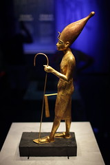 i like big hats (1600 Squirrels) Tags: 1600squirrels photo 5dii lenstagged canon35f14 figurine funerary gold tutankhamen egyptian museum californiasciencecenter expositionpark losangeles losangelescounty socal california usa