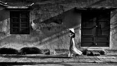 Vietnam - Dans les rues de Hoi An (Gilles Daligand) Tags: vietnam hoian rue street femme noiretblanc bw monochrome olympus