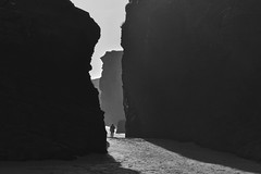 Atrapado entre las rocas (Kasabox) Tags: galicia cantabrico cantabric natura nature naturaleza bn bw black white blanco negro people persona hombre humano concept concepto sombra shadow contraluz backlighting españa spain