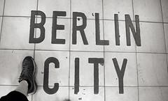 Berlin City (Atreides59) Tags: berlin allemagne germany deutschland urban urbain pied foot pieds feet black white bw blackandwhite noir blanc nb noiretblanc pentax k30 k 30 pentaxart atreides atreides59 cedriclafrance