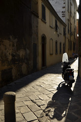 Vespa in the sun (Thomas Roland) Tags: shadow scooter moped light sun street narrow alley lucca europe europa italy italia italien sommer summer nikon d7000 travel rejse toscana tuscany by stadt town vespa