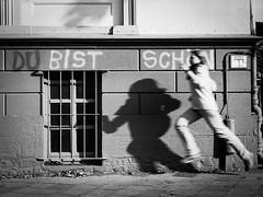 Analoge Schönheit (Klaus Wessel) Tags: analog film minolta bw monochrome hildesheim schatten schön wand mensch street streetphotography laufen