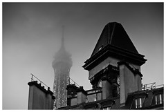 Always Present (RadarO´Reilly) Tags: paris 7arrondissement eiffelturm toureiffel france gebäude building architektur architecture wahrzeichen symbol wolken clouds nebel fog sw bw schwarzweis blackwhite blanconegro monochrome noiretblanc zwartwit