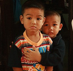brothers (the foreign photographer - ฝรั่งถ่) Tags: two brothers khlong thanon portraits bangkhen bangkok thailand canon