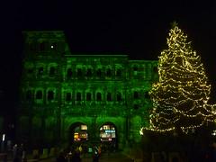 Porta Verde (Jörg Paul Kaspari) Tags: trier portanigra portaverde grün grüne porta green verde tannenbaum weihnachtsbaum nacht nachts licht light vorweihnachtszeit treves