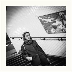Les pensées se bousculent (Napafloma-Photographe) Tags: 2019 architecturebatimentsmonuments bandw bw bâtiments détailsarchitecturaux france géographie métiersetpersonnages objetselémentsettextures paris personnes techniquephoto transports blackandwhite couloir escalier hôtel monochrome métro napaflomaphotographe noiretblanc noiretblancfrance photoderue photographe province rembarde streetphoto streetphotography ville