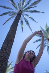 Tocando las palmas. (elojeador) Tags: chica mujer rubia rirri candela sobrina guapa vestido palmera tronco palma árbol hoja sonrisa cielo acompás elojeador