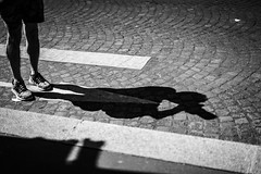 Paris me manque. (LACPIXEL) Tags: paris france rue road route carretera shadow ombre sombra photographe fotógrafo photographer noiretblanc blackandwhite sony street calle flickr photographederue lacpixel