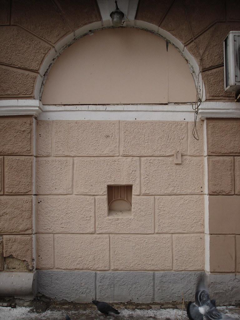 фото: Окно для продажи хлеба ночью