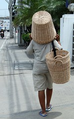 another use for a basket (the foreign photographer - ฝรั่งถ่) Tags: basket vendor street bangkhen bangkok thailand walking chaengwattana road canon