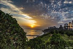 Show de nubes y sol (Gaby Fil Φ) Tags: perú miraflores maleconesdemiraflores atardecer atardeceresperuanos lima oceánopacífico capitalesdesudamérica ciudadesdelperú sudamérica latinoamérica capitalesdeaméricalatina capitalesdelmundo