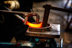 Arrondir les angles! /  Round out the angles! (vedebe) Tags: couleurs couleur main mains hands travail work ferronnier iron ironworker