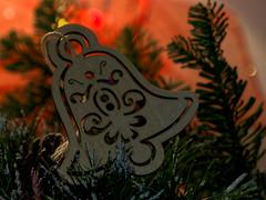 Guten Wochenstart! (ingrid eulenfan) Tags: macromondays makro macro handmade handgemacht glocke tannenbaumzweig tannenbaumanhänger weihnachtsdeko christmas christmaslights lookingcloseonfriday
