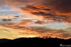 Coucher de soleil et ciel impressionnant (Jean-Daniel David) Tags: coucherdesoleil ciel jura montagne nuage sunset paysage orange bleu noir yverdonlesbains suisse suisseromande vaud nature nikon nikond5600 afpnikkor70300mm14563ged groupenuagesetciel fabuleuse