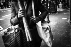 Les courses de Noël. (LACPIXEL) Tags: courses shopping compras noël christmas navidad versailles france rue street calle people personnes gens gente noiretblanc sony flickr lacpixel