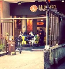 um café, depois as compras... (lucia yunes) Tags: cenaderua fotografiaderua fotografiaurbana mobilephotography streetlife streetshot coffeeshop coffee pub lifeinstreet luciayunes streetphotography
