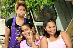 pretty ladies in the street (the foreign photographer - ฝรั่งถ่) Tags: three pretty ladies khlong thanon portraits bangkhen bangkok thailand canon