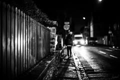 Un appareil photo, la fin de la nuit, un peu de lumière et vous. (LACPIXEL) Tags: appareilphoto camera camara nuit night noche lumière light luz phare coche car voiture rue street calle noiretblanc gens personne people person gente sony flickr lacpixel