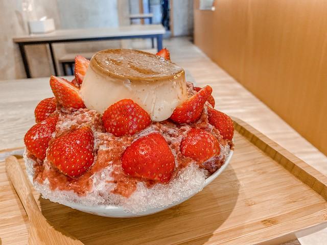 高雄冰屋X台南銀波布丁。整顆手工布丁加超人氣草莓刨冰
