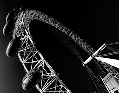The London Eye (PHOTOGRAPHY Toporowski) Tags: london eye street art city blackandwhite contrast kontrast schwarzundweis stadt freizeit leisure architektur architecture riesenrad england wahrzeichen grosbritannien attraktion uk himmel berühmt reisen gebäude symbole tourismus thames fluss westminster stadtbild abend skyline