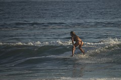 Surfando de bikini (mcvmjr1971) Tags: yellow nikon d800e lens sigma 150500 os niterói praia itacoatiara brasil beach sunset fim tarde sexta feira 13 dezembro 2019 mmoraes surf