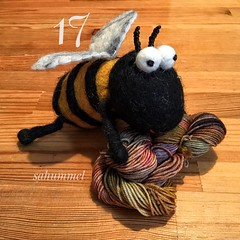 Bee's Favourite - die Sockenwollehummel (Sockenhummel) Tags: bee bumblebee biene hummel sockenhummel filz wolle garn yarn wool adventkalender dibadu funnies sockenwolle stricken knitting