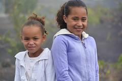 Fillettes ile de Fogo Cap vert _4622 (ichauvel) Tags: fillettes littlegirls enfance childhood sourire smile visage face exterieur outside froid cold chadascaldeiras iledefogo fogoisland capvert aboverde afrique africa voyage travel village