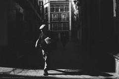 Morning light (ralcains) Tags: sevilla seville siviglia españa spain andalousia andalucia andalusia analogue analogica argentica argentique química blackwhite blancoynegro bw blackandwhite greyscale schwarzweis noiretblanc film pelicula kodak plusx xtol ngc telemetrica calle fotografiadecalle leica leicam leicam6 m6 summicron 35mm