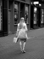 Young blonde woman walking (Franco & Lia) Tags: street fotografiadistrada photographiederue strasenfotografie london londra inghilterra england greatbritain woman walking blonde biancoenero blackwhite noiretblanc schwarzundweiss soho blackdiamond