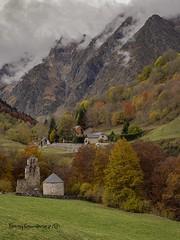 Otoño en el pirineo (tonygimenez) Tags: montañas olyomd10markiii zuiko12100 olympus otoño pirineo paisaje natur pueblos colorido naturaleza