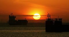 Sonnenaufgang über der Elbe vor Cuxhaven (Wolfgang.W. ) Tags: cuxhaven elbe schiff shipsea water river boat vessel sunrise sunset sonnenaufgang sonnenuntergang morgenrot red rot sky himmel
