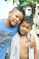 loving brothers (the foreign photographer - ฝรั่งถ่) Tags: two brothers loving arm around towel khlong thanon portraits bangkhen bangkok thailand canon