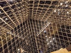A l'intérieur de la Pyramide - Musée du Louvre, Paris (www.gilpivert.fr) Tags: paris pey pyramide louvre musee france architecture huawei mate20 photophone nuit airfrance vinci exposition
