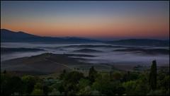 Nebbia mattutina sulla Val d'Orcia (angelofruhr) Tags: pienza valdorcia italy italien italia toskana tuscanny toscana sonnenaufgang sunrise alba landschaft nebel nebbia fog