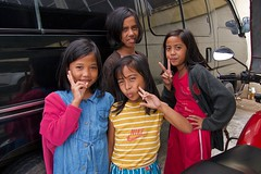 Manila Street Portrait (Rick Del Carmen) Tags: philippines manila color girls natives southeastasia friendly asiancountry funnyposes streetphotography colorstreetphotography