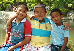 canal buddies (the foreign photographer - ฝรั่งถ่) Tags: three boys children canal buddies khlong thanon portraits bangkhen bangkok canon