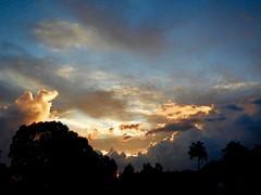 Au petit matin du 10 mai... (claudiemenoud) Tags: coolpix b700 nikon nature nuages cielnuages cloud cloudysky lumièredumatin tahiti polynésie pacifique