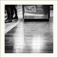 Traces de.... (Napafloma-Photographe) Tags: 2019 architecturebatimentsmonuments bandw bw bâtiments cuisinealimentationnourriture dragibus france garedunord géographie haribo métiersetpersonnages objetselémentsettextures paris personnes techniquephoto blackandwhite bonbon confiseries enseigne gare monochrome napaflomaphotographe noiretblanc noiretblancfrance photoderue photographe province streetphoto streetphotography ville