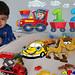 Yeni videoda renkleri ve sayıları öğreniyoruz; küçük çocuklar için eğlenceli okul öncesi eğitim. Haydi oyun oynayarak renkleri ve sayıları öğrenelim. Sayı, şekil, renk ve eğlence aktivitelerini öğreten eğlenceli bir vide