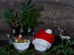 Adventszeit (ingrid eulenfan) Tags: schale schüssel fiftyeight lecker verpennt weihnachten weihnachtsdeko advent christmas merrychristmas hisch tannengrün süsigkeiten süs sweetness sweet 50mm sonya77ii emotionen bowl 50mmf14