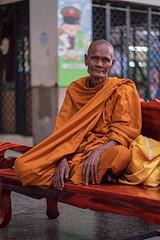 Monks of Bangkok (Tofubratwurst) Tags: monk bangkok thailand asie asia mönch buddha buddhismus buddhism tofubratwurst hualamphong sonyselfe85mmf18 sonyilce7rm2 sonyalpha7rm2 sony menschen people streetphotography streetportrait street streetphoto peoplephotography กรุงเทพมหานคร travelphotography thailandphoto travelphoto reiselust thailandreise