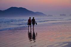 Almost night... I dream! (Ruby Augusto) Tags: ripples areia sand beach praiaoceânica couple light sunset pôrdosol reflexos reflection casal turistas tourist