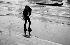 Bielefelder Sonne (ploh1) Tags: streetphoto bw sw schwarzweis schwarzweisfoto streetphotografie mensch person mann regen schmuddelwetter nass
