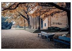 (schlomo jawotnik) Tags: 2019 november hannover herrenhäusergärten berggarten park mausoleum welfenmausoleum grab grabstätte adel royalegefühle bänke schubkarre kies laub säulen analog film kodak kodakproimage100 usw